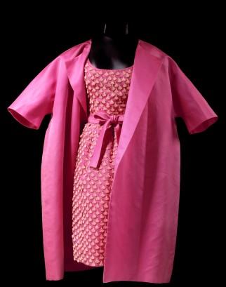 0634453 Hubert de Givenchy Cocktailensemble van roze zijde, bestaande uit een mouwloze jurk met ceintuur en een wijde jas.